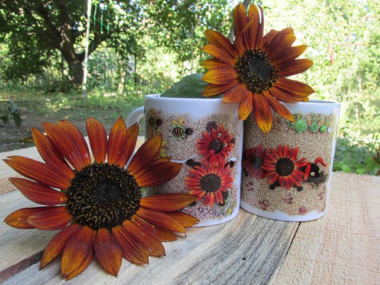 Кружки с принтами из цветов, и цветы, из которых сделаны принты.