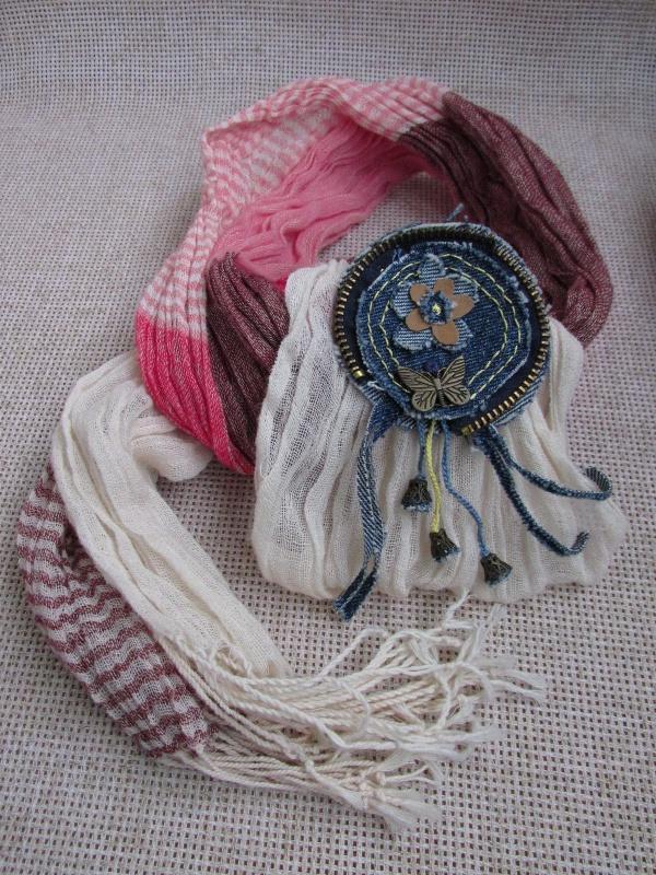 Джинсовая брошь с подвесками на светлом шарфике