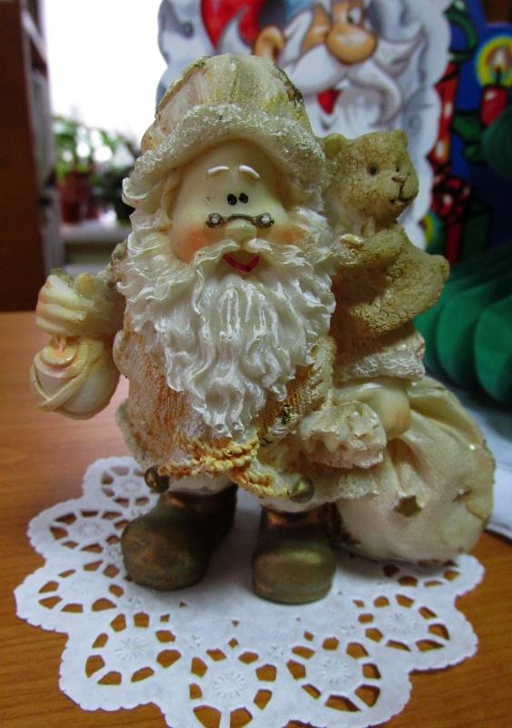 Фирурка Деда Мороза стоит на столе.