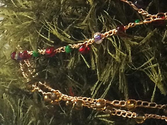 фрагмент вязанной гирлянды из бусинок на декоративной ёлочке