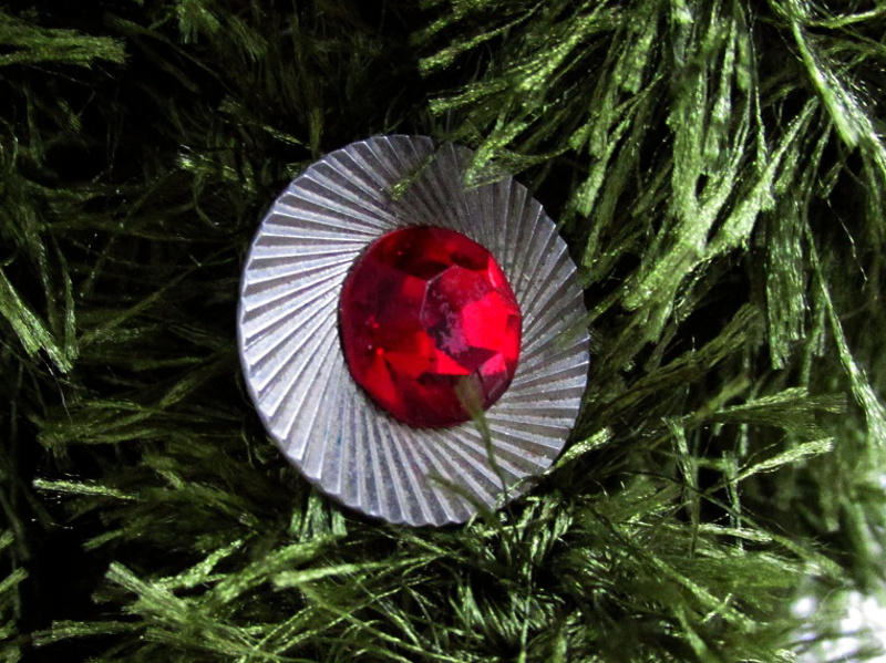 Запонка с красным камнем на ёлочной ветке