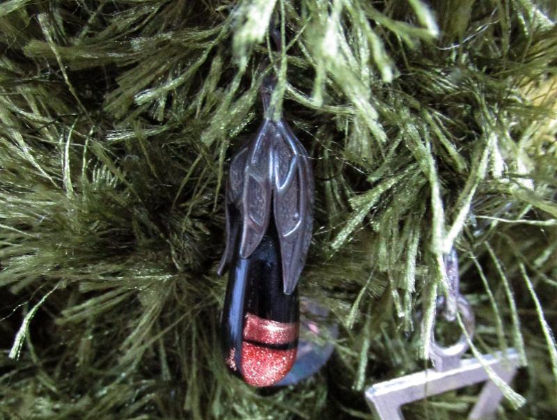 Серёжка серебрянная с камнем на ёлочной ветке