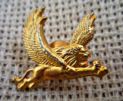 Лев с крыльями из желтого металла