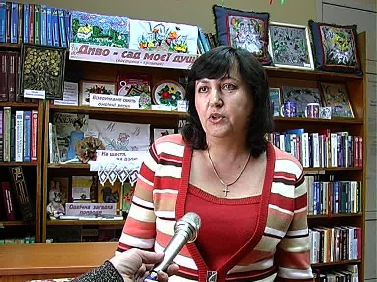 Библиотекарь перед микрофоном дает интервью.