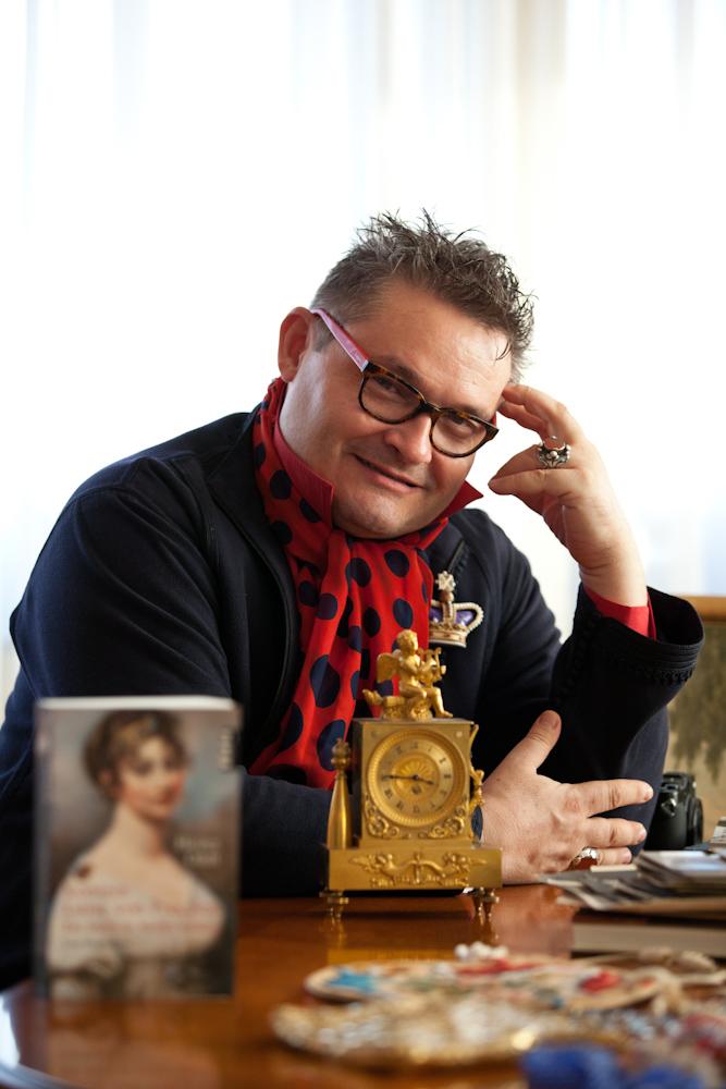 А. Васильев сидит за столом