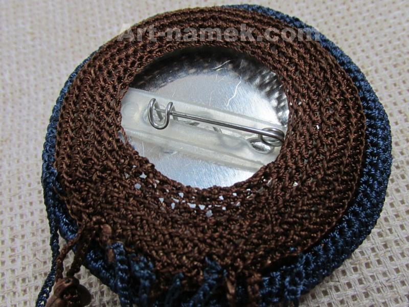 Задняя сторона  рукодельной броши на основе из значка.