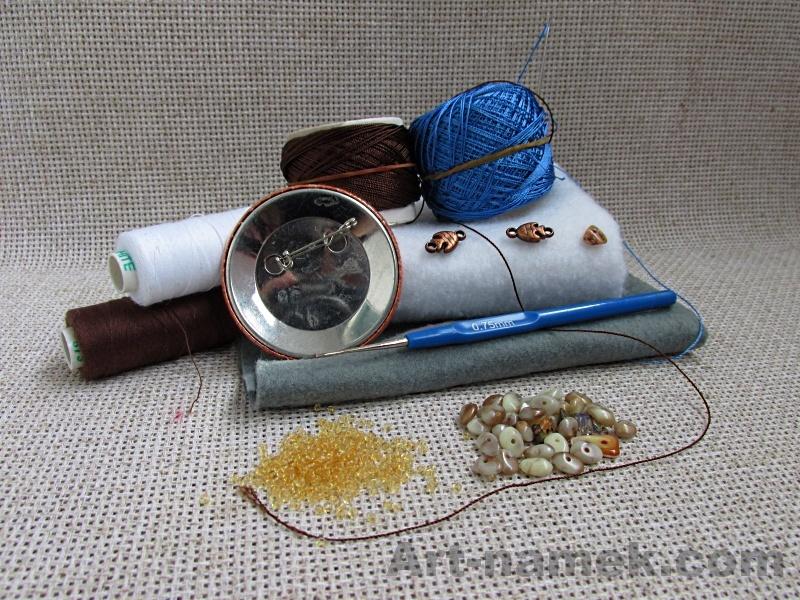 Материалы для рукоделия — ткань, нитки, бусины.