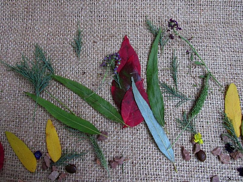 Разноцветные листочки на мешковине.