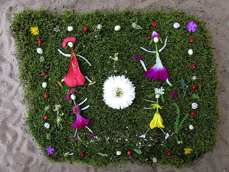 Фото — картина из цветов и мха — девушки на лугу.