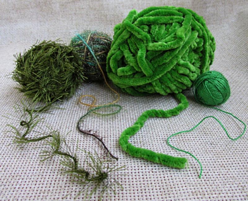 Четыре клубка зелёных ниток разной фактуры