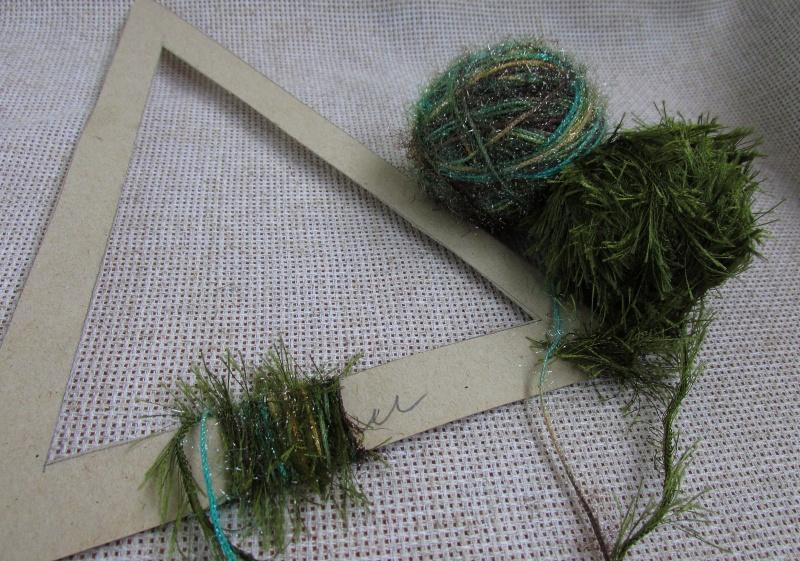 Наматываем нитки на картонный каркас